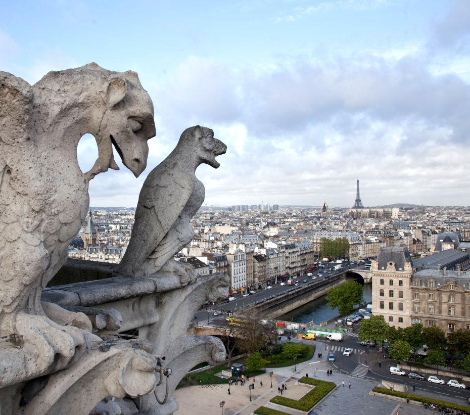 Vue de Paris depuis le toit de la cathédrale, avec la Tour Eiffel au loin et deux gargouilles au premier plan