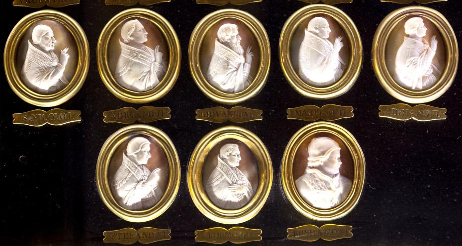 Vue détaillée des camées des papes, des médaillons gravés accompagnés des noms de chaque camée