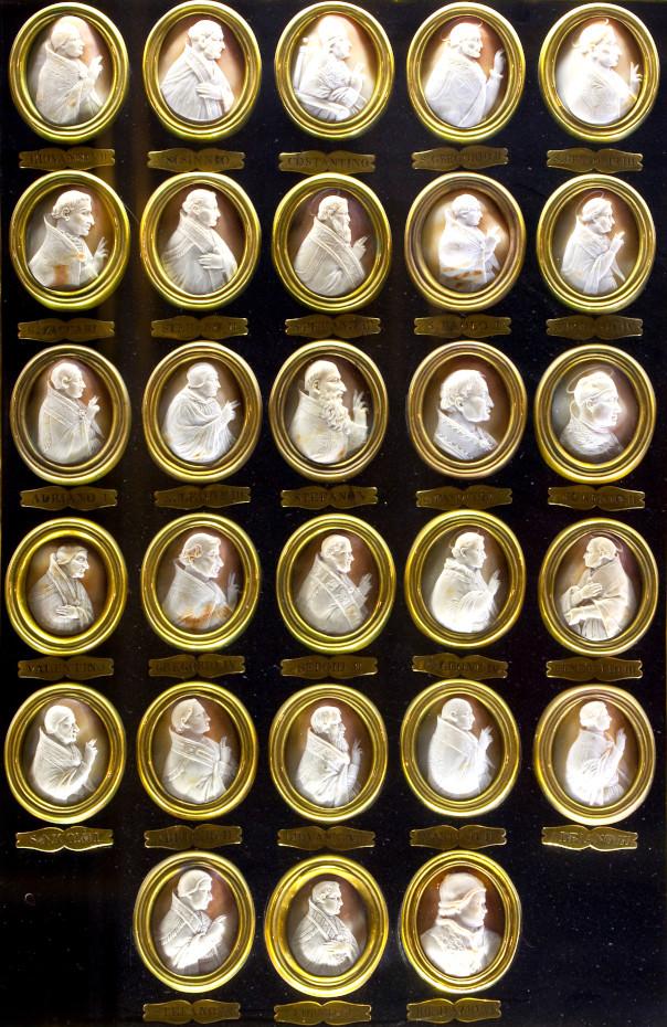 Vue d'ensemnle des camées des papes, mosaïque des médaillons représentant les camées