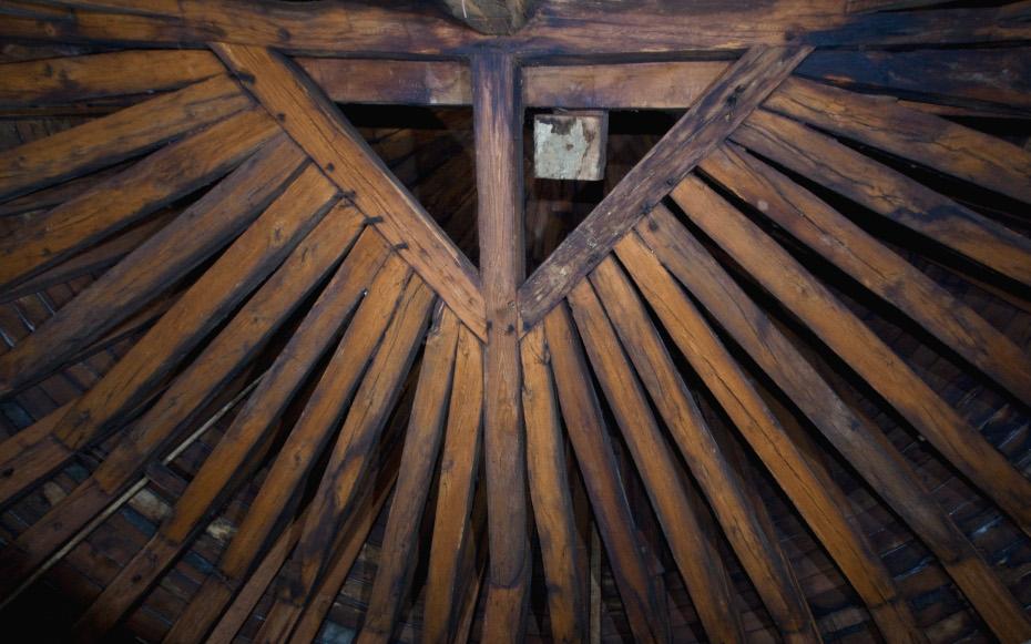 Détails de la charpente en bois de la cathédrale Notre-Dame de Paris