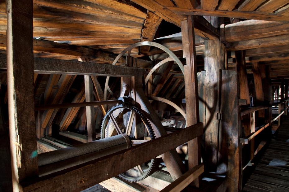Vue en profondeur du mécanisme des cloches dans la charpente de la cathédrale Notre-Dame de Paris