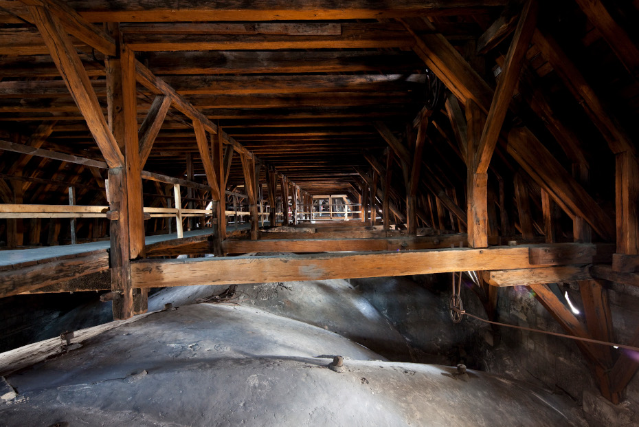 Vue en profondeur de la charpente de la cathédrale Notre-Dame de Paris