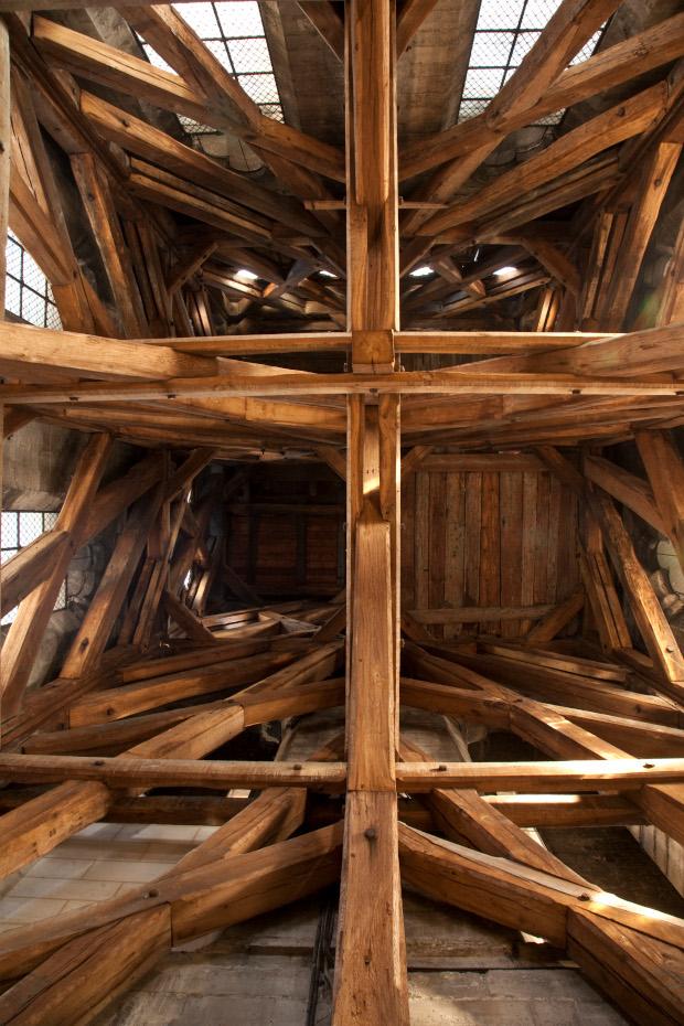 Vue de dessous, la structure de la charpente de la cathédrale Notre-Dame de Paris