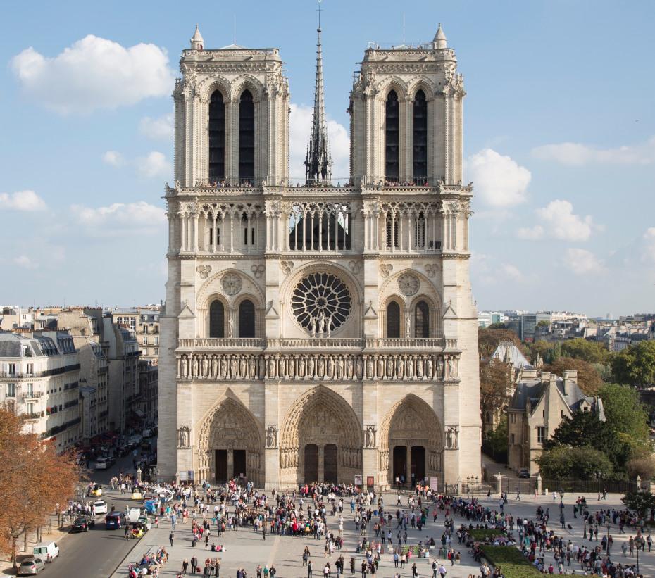 La façade occidentale de la cathédrale vue de face, avec la foule l'observant depuis son parvis