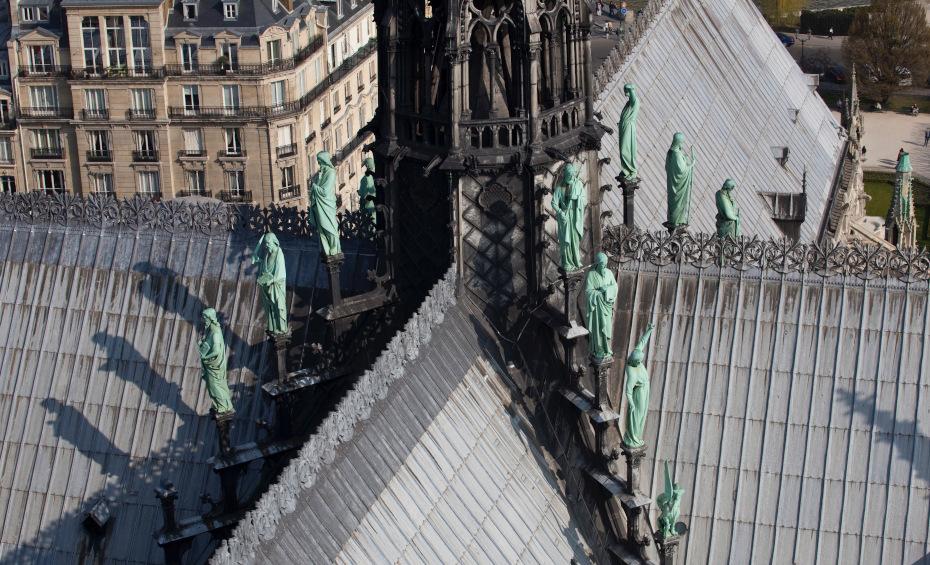 Les statues des douze apôtres au pied de la flèche, sur le toit de la cathédrale