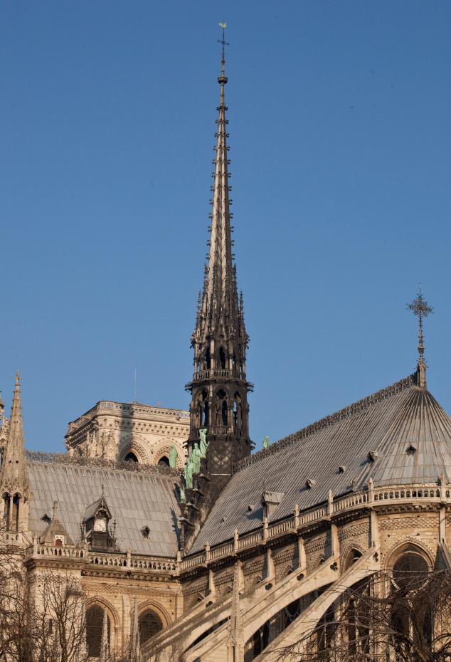 La flèche du toit de la cathédrale Notre-Dame de Paris surmontée de sa croix