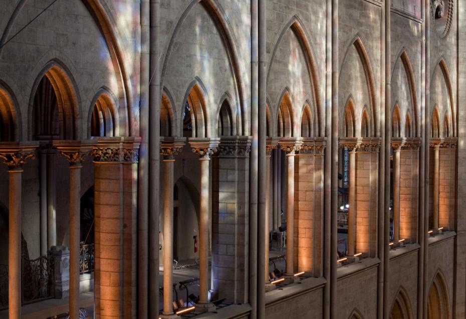 Reflet des couleurs des vitraux sur les galeries intérieures