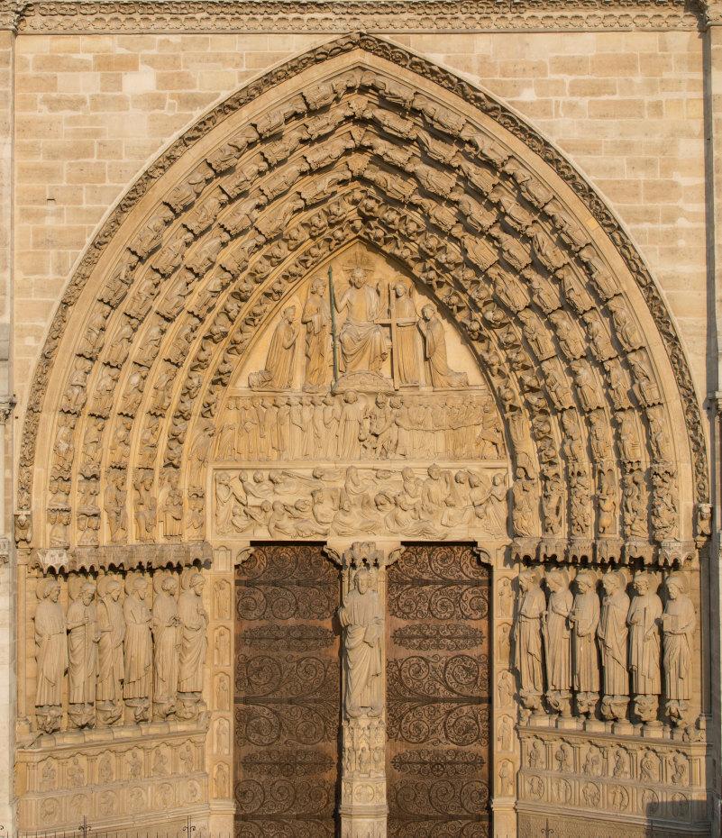 Le portail du jugement dernier autour duquel est sculpté une représentation du jugement de Dieu