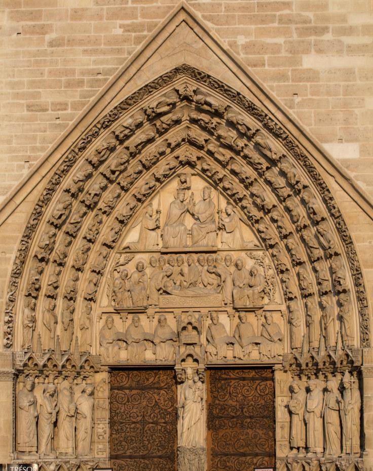 Cadrage sur l'encadrement sculpté du portail de la Vierge