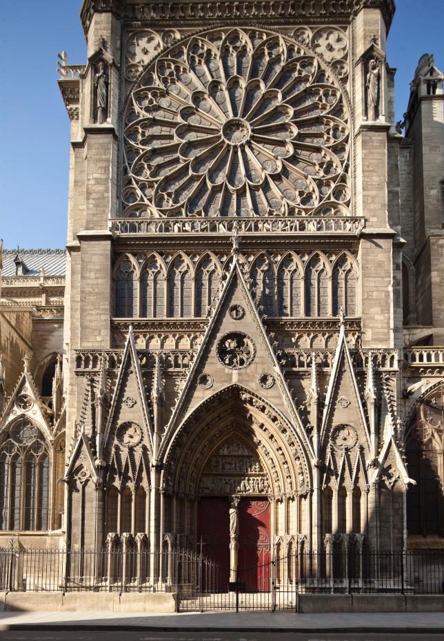 Le portail du Cloître adossé à la façade extérieure du croisillion nord
