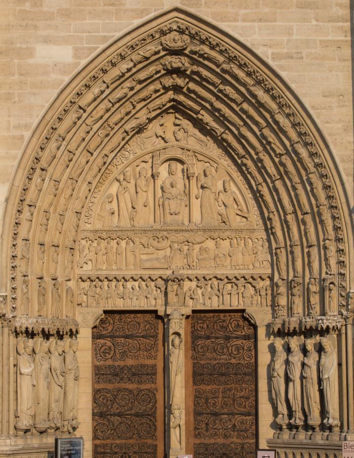 Vue d'ensemble du portail de la Vierge encadré de sculptures