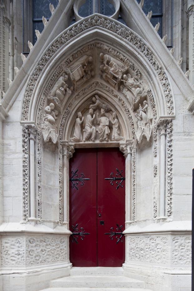 Photographie rapprochée de la porte rouge
