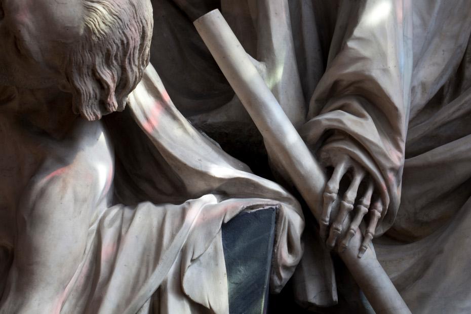 Détails de la sculpture du mausolée du compte d'Harcourt, gros plan sur la main d'un squelette