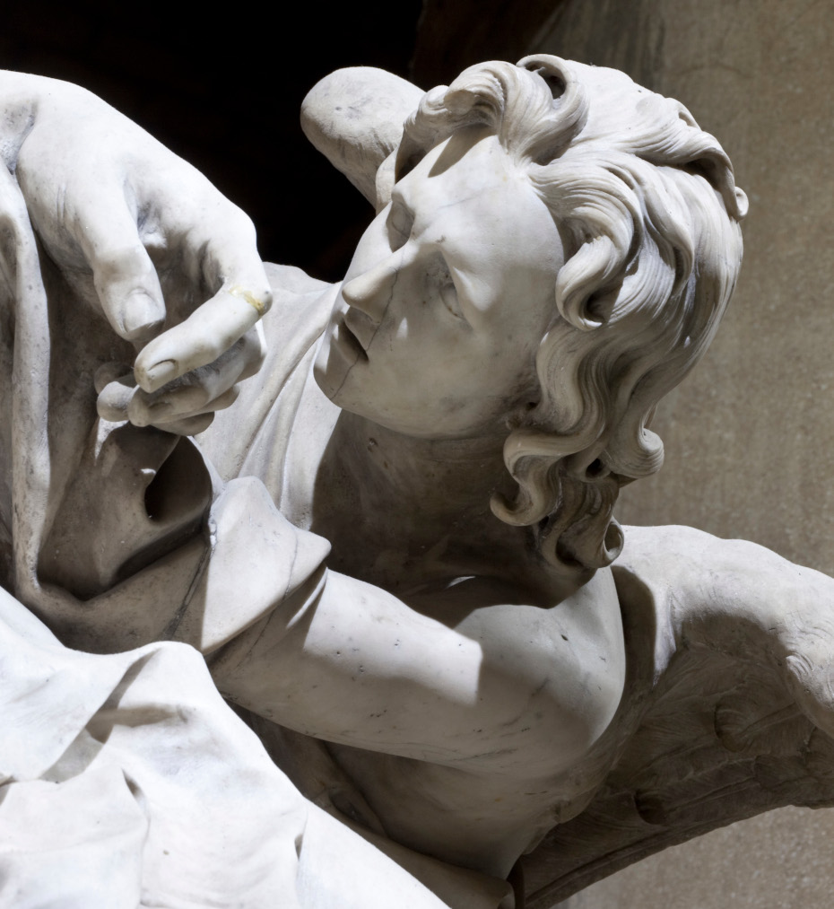 Gros plan sur le visage d'une statue d'ange en marbre blanc