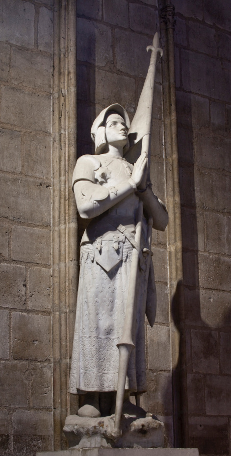 Statue de Jeanne d'Arc à l'intérieur de la cathédrale Notre-Dame de Paris