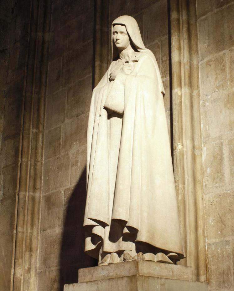 Statue de sainte Thérèse de Lisieux à l'intérieur de la cathédrale Notre-Dame de Paris