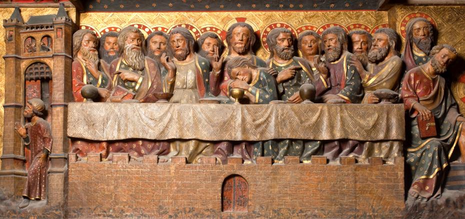 Mur sculpté du tour de choeur représentant une scène de banquet, tout le mur illustre les moments de la vie du Christ