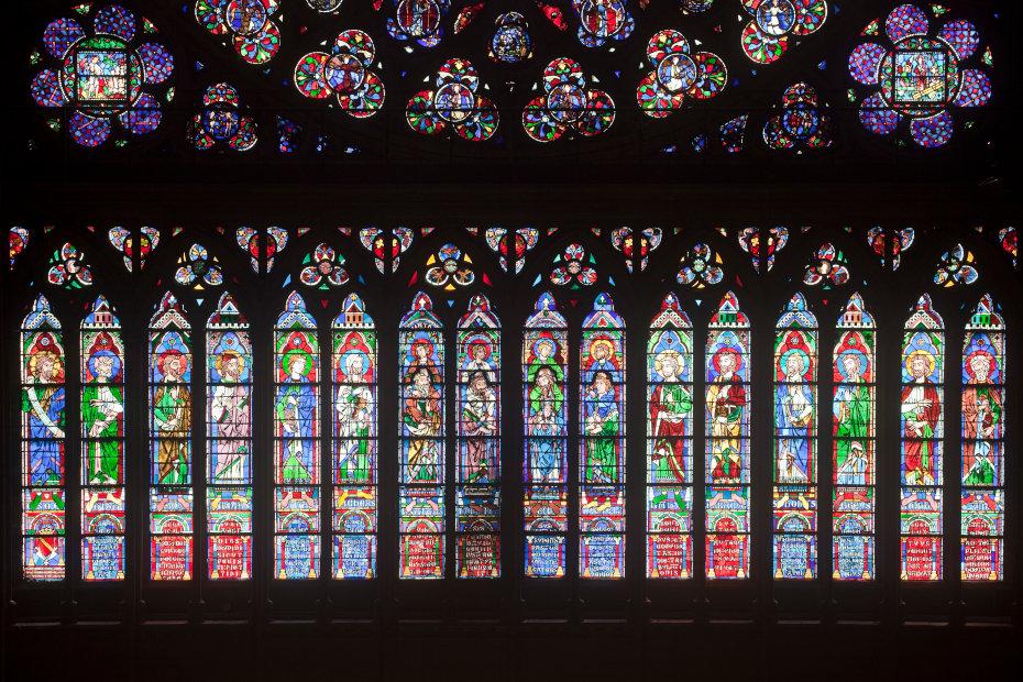 Un ensemble de vitraux de l'intérieur de la cathédrale Notre-Dame de Paris, la photographie en contre jour fait ressortir les couleurs vives