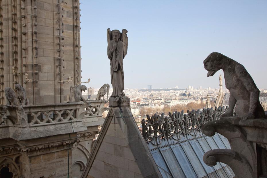 Statues et gargouilles sur la toiture de la cathédrale Notre-Dame de Paris