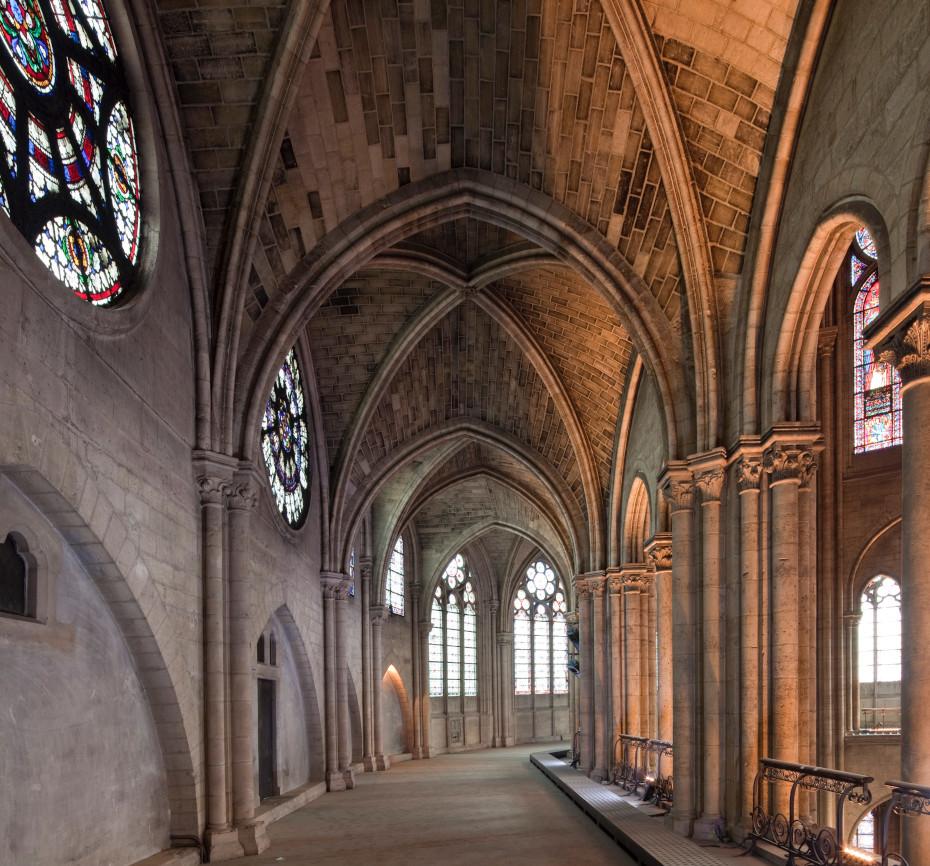 Vue d'un passage à l'intérieur de Notre Dame, éclairé par la lumière qui transperce les vitraux