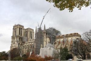 Notre-Dame de Paris en travaux, les échaffaudages et les grues, sous un ciel gris