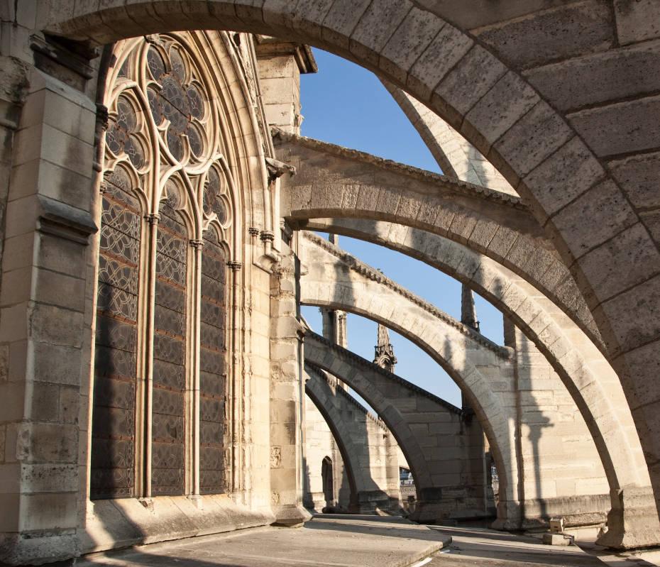 Sous les arcs-boutants de l'extérieur de la cathédrale