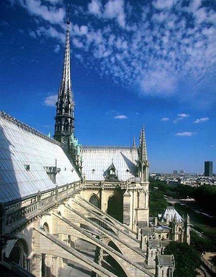 Vue de la flèche depuis le toit de la cathédrale sous le ciel bleu