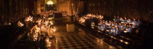 Les choeurs à l'intérieur de Notre-Dame éclairés avec des bougies