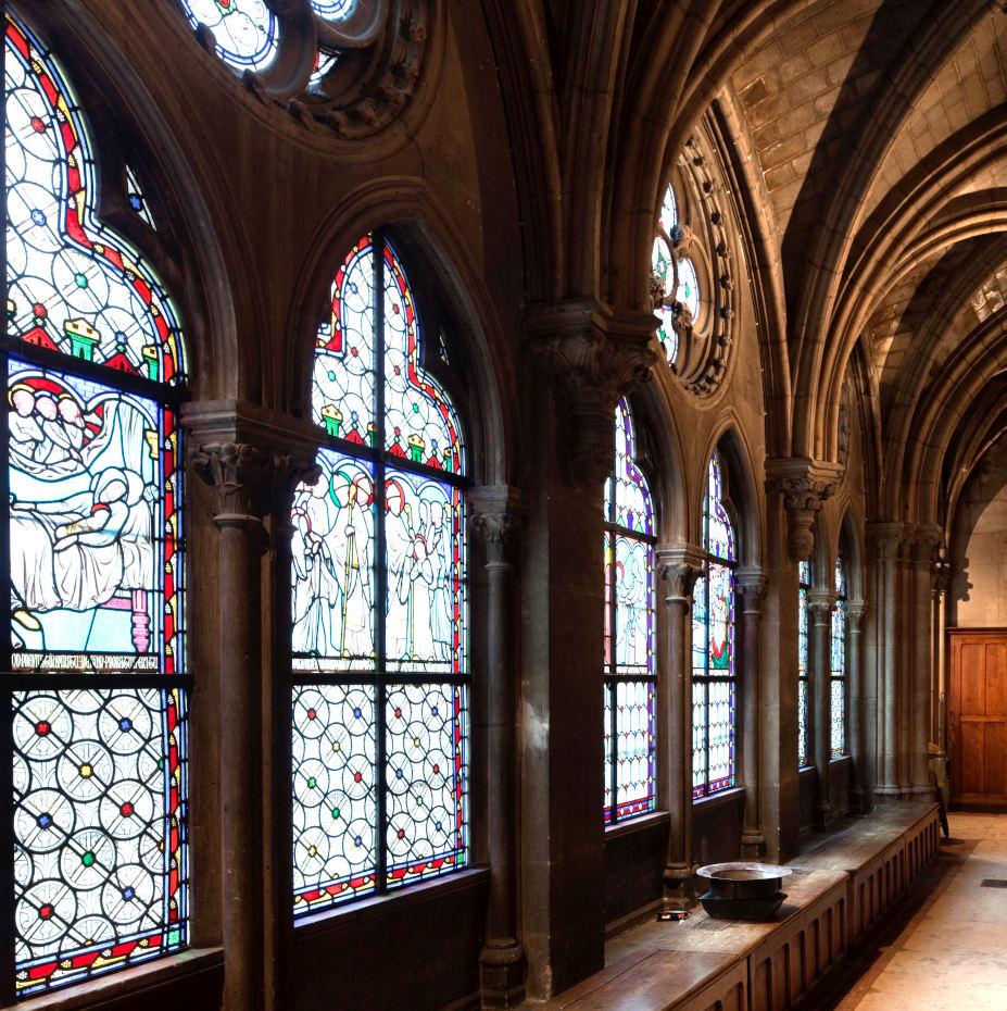 Dans le cloître de Notre-Dame de Paris, vue des vitraux en enfilade