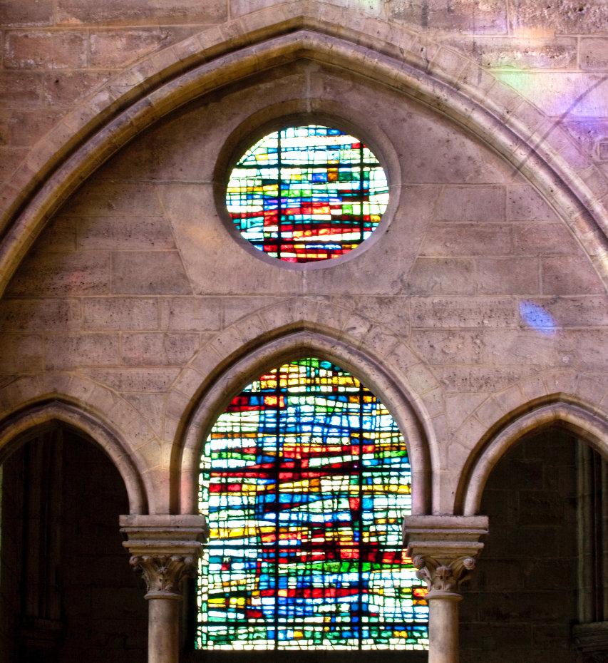 A l'intérieur de Notre-Dame de Paris, les deux vitraux de la haute Nef sont positionnés l'un au dessus de l'autre