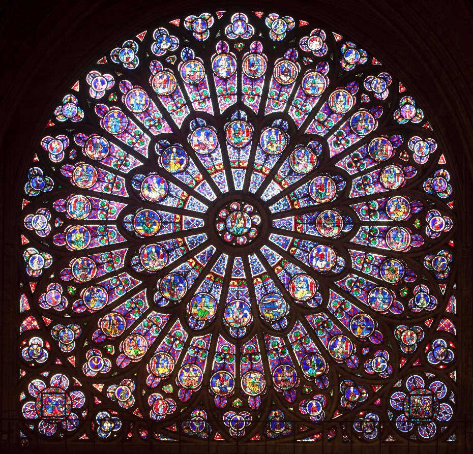 Dans Notre-Dame de Paris, vue resserrée du vitrail rose nord