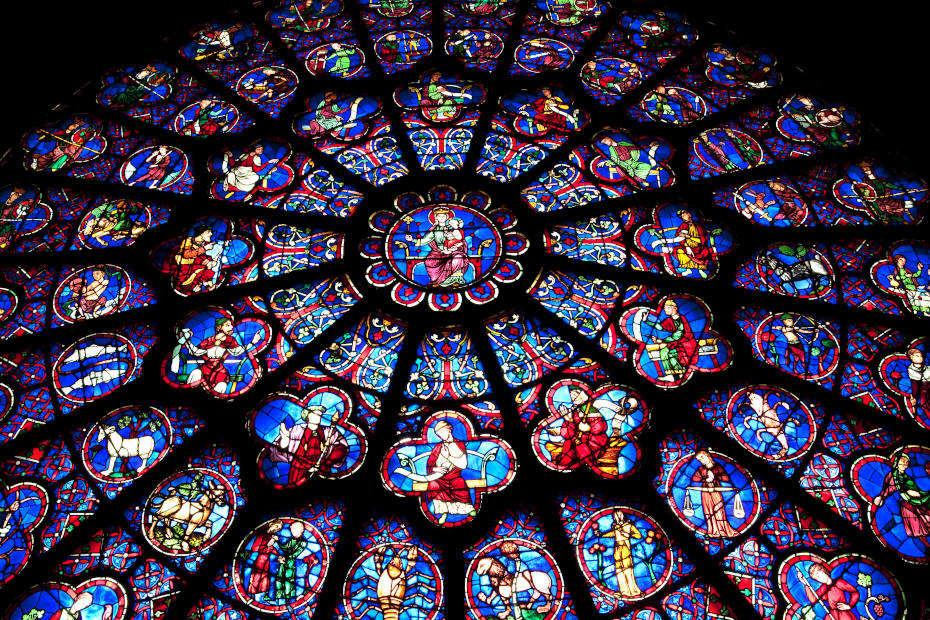 Dans Notre-Dame de Paris, vue resserrée du vitrail rose ouest