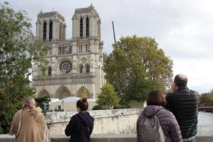 Des visiteurs prenant la façade occidentale de la cathédrale en photo depuis le pont Sud