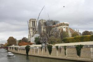 Vue Est de Notre-Dame de Paris en travaux entourée des échaffaudages et des grues