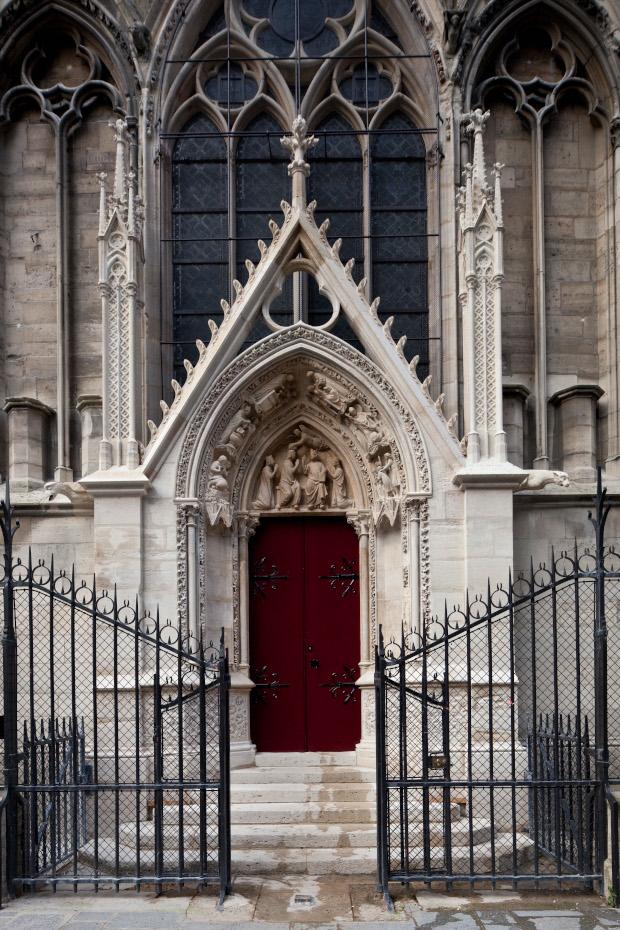 La porte rouge de l'extérieur de la cathédrale