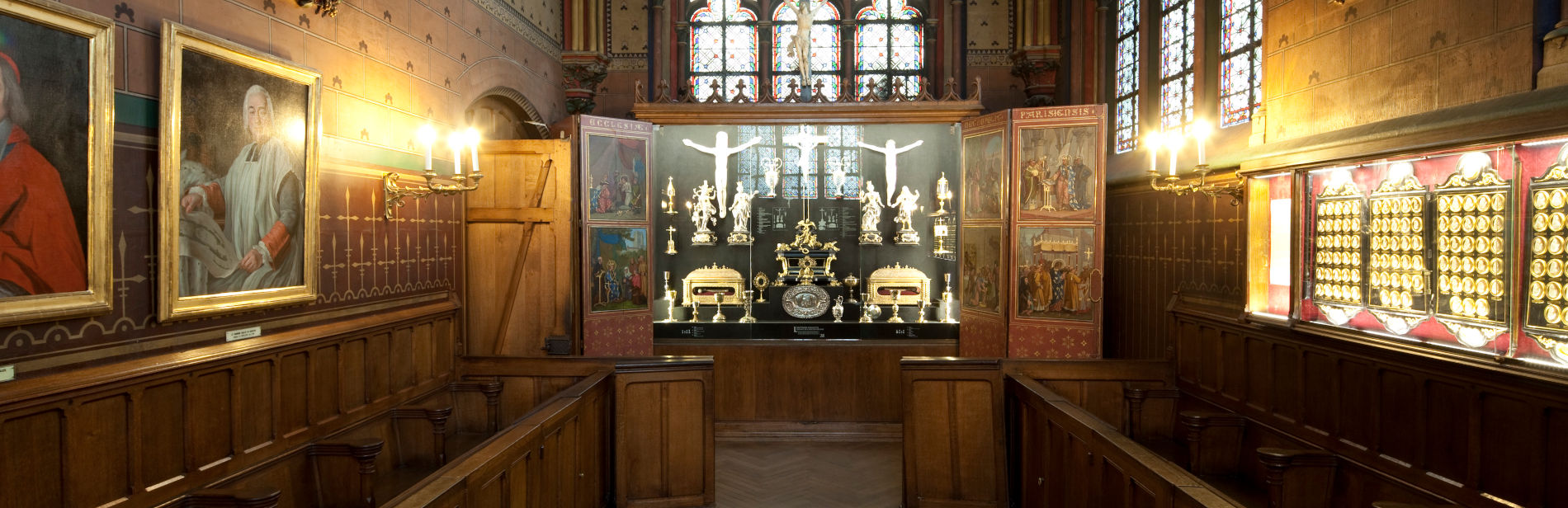 La salle du Trésor, avec tableaux sur les murs et vitrines de reliques au fond