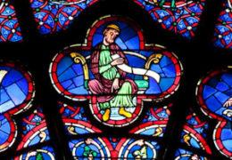 Détails d'un vitrail de Notre-Dame avec ses couleurs vives