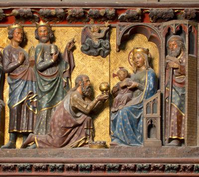 Sur le tour de choeur, un moment de la vie du Christ, l'enfant recevant une offrande assis sur les genoux de la Vierge