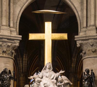 La croix en or qui se dresse au dessus de la Vierge de Pitié