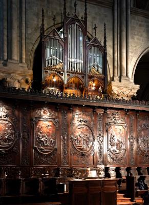 L'orgue de chœur situé au dessus des panneaux en bois des stalles