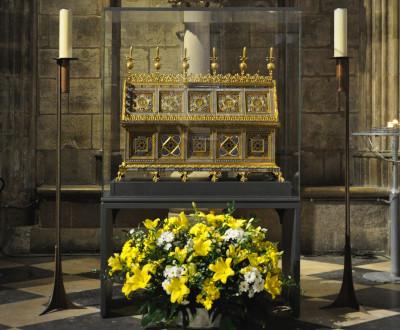 Les reliques et chasse de sainte Geneviève mises sous verre à l'intérieur de la cathédrale, décorées d'un bouquet de fleurs jaunes et blanches et entourées de deux chandeliers