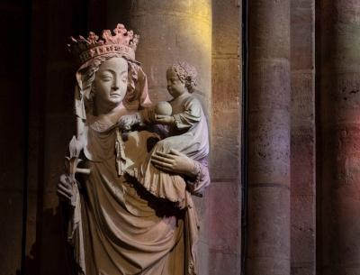 Statue de la Vierge à l'enfant baignée dans les couleurs reflétées par les vitraux