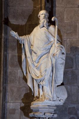 Le statue de saint Denys prêchant la foi sur un piédéstal