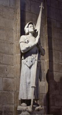 Statue de sainte Jeanne d'Arc les yeux rivés vers le ciel