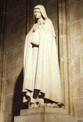 Statue de sainte Thérése de Lisieux dans l'enceinte de la cathédrale de Notre-Dame